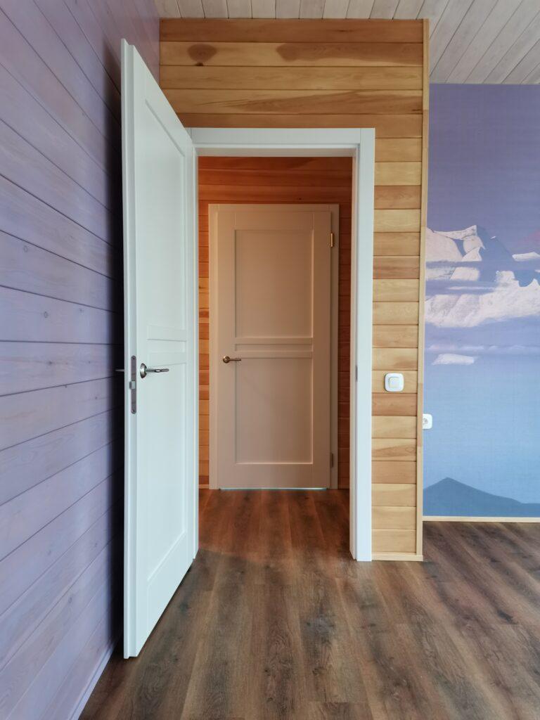 Дверь из массива сосны под белой эмалью