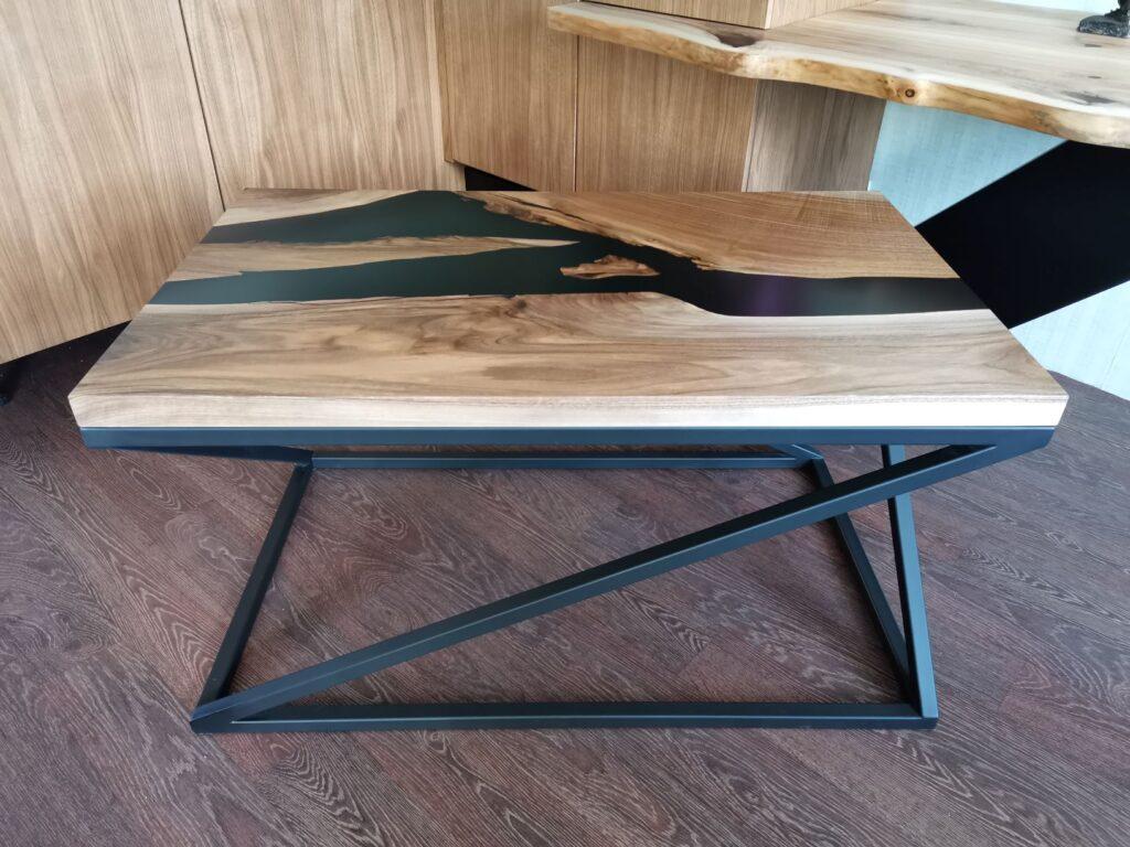 Кофейный столик со столешницей из слэба ореха
