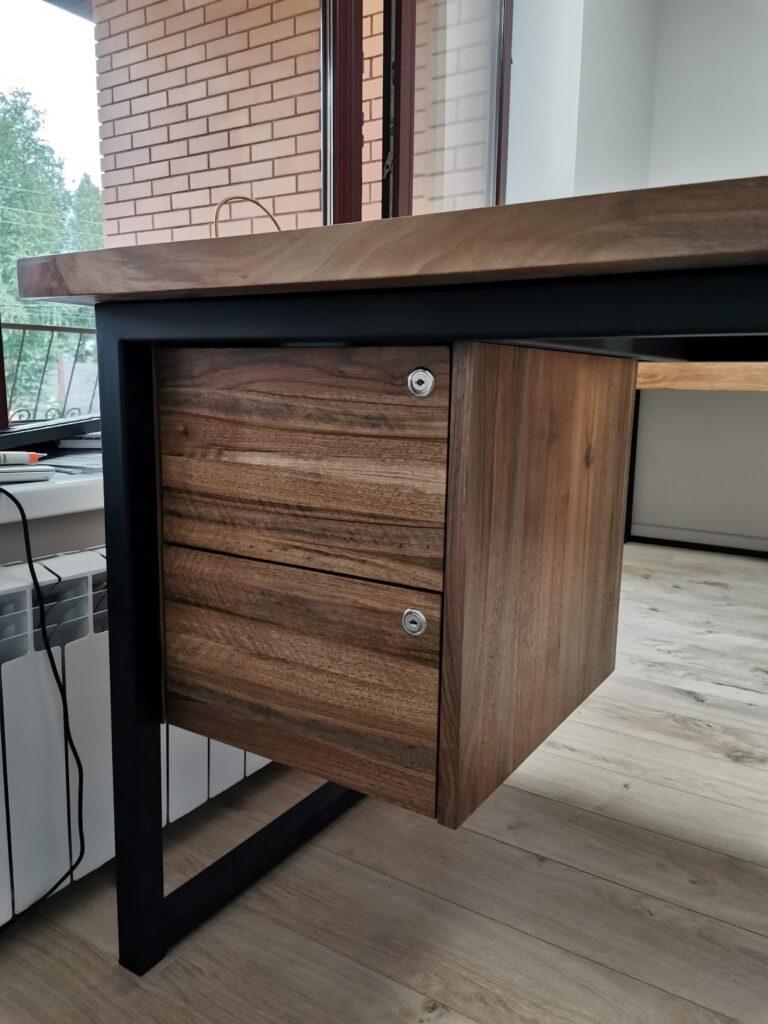 Рабочий стол. Столешница - слэб из ореха, фасады из массива ореха