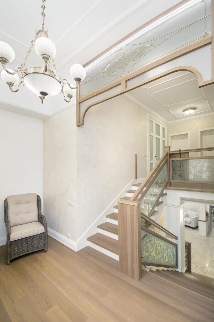 Витраж на лестницей в обрамлении из массива ясеня