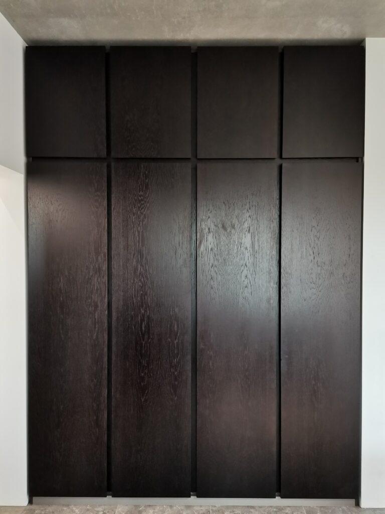 Встроенный шкаф. Фасады из шпона дуба, цвет венге