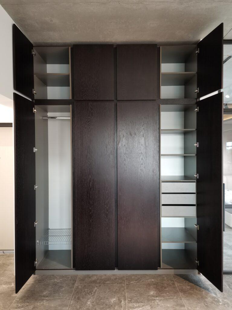 Встроенный шкаф. Фасады - шпон дуба, цвет венге